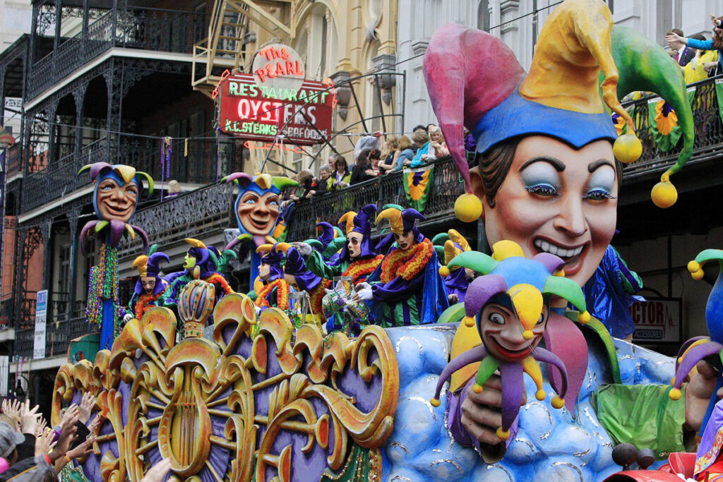 A float is seen in the parade down St. Charles Avenue on Mardi Gras Day in New Orleans, Louisiana February 12, 2013. REUTERS/Sean Gardner (UNITED STATES - Tags: SOCIETY ENTERTAINMENT) ORG XMIT: NEW013
